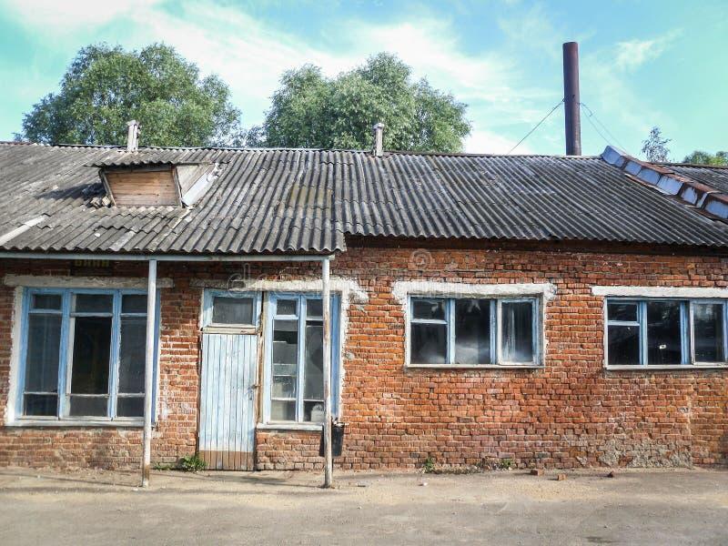 Het oude afbrokkelen die de Russische provincie in het Kaluga-gebied inbouwen stock afbeelding