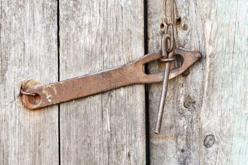 Het oude antieke ijzerslot, deadbolt, bout op de deur is geen geschilderd close-up royalty-vrije stock foto