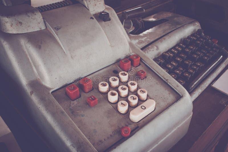 Het oude antieke kasregister, de rekenmachines of de antiquiteit berekenen royalty-vrije stock foto's
