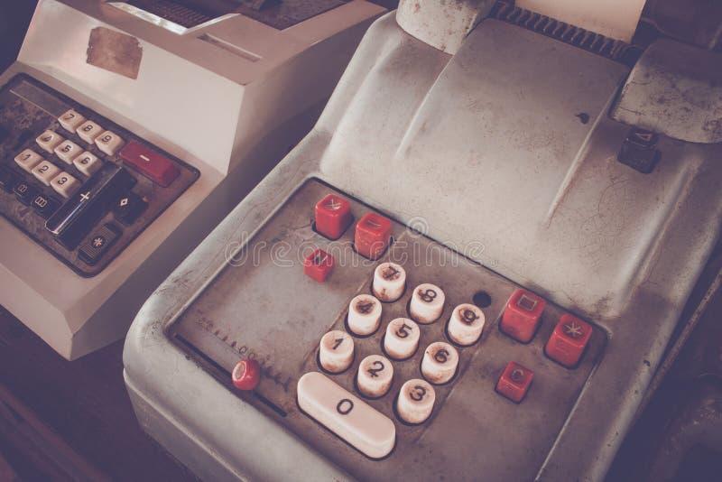 Het oude antieke kasregister, de rekenmachines of de antiquiteit berekenen stock afbeelding