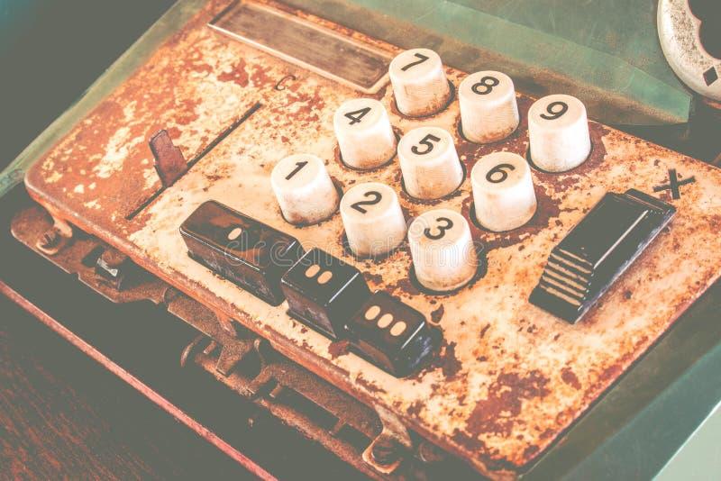 Het oude antieke kasregister, de rekenmachines of de antiquiteit berekenen in oude gemakopslag stock afbeeldingen