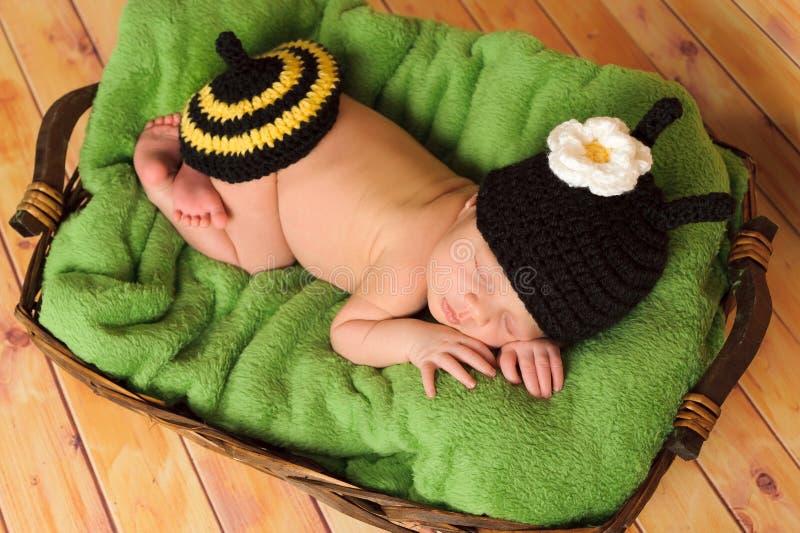 Het oude babymeisje dat van drie weken hommelkostuum draagt royalty-vrije stock fotografie