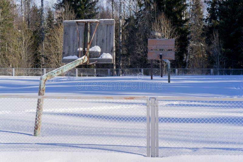 Het oude basketbalhof in de winter in de sneeuw royalty-vrije stock foto
