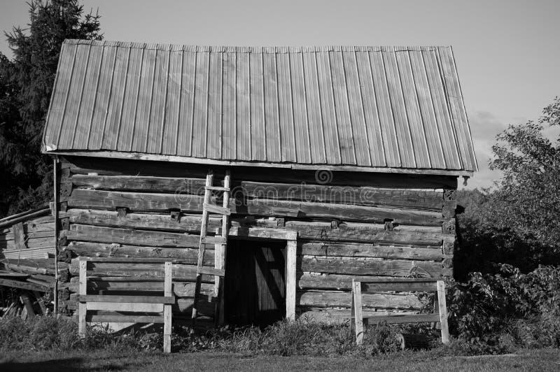 Het oude bijgebouw van de logboekschuur stock afbeeldingen
