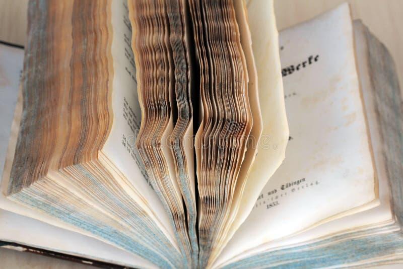 Het oude boek stock foto's
