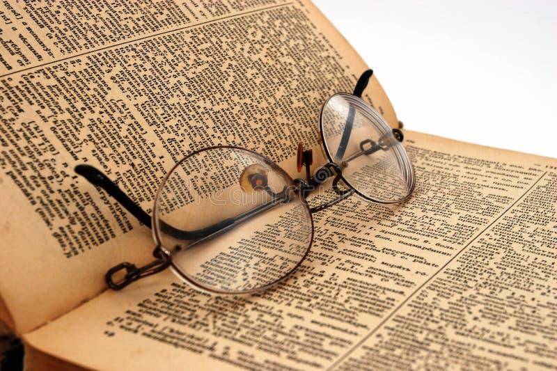 Het oude boek met ronde glazen 3 stock afbeelding