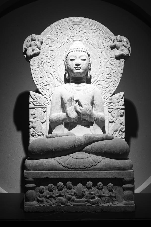 Het oude Chinese standbeeld van de het beenzitting van Boedha dwars, zwart-wit beeld stock foto's