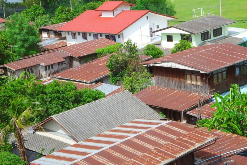 Het oude dak in het dorp stock afbeelding
