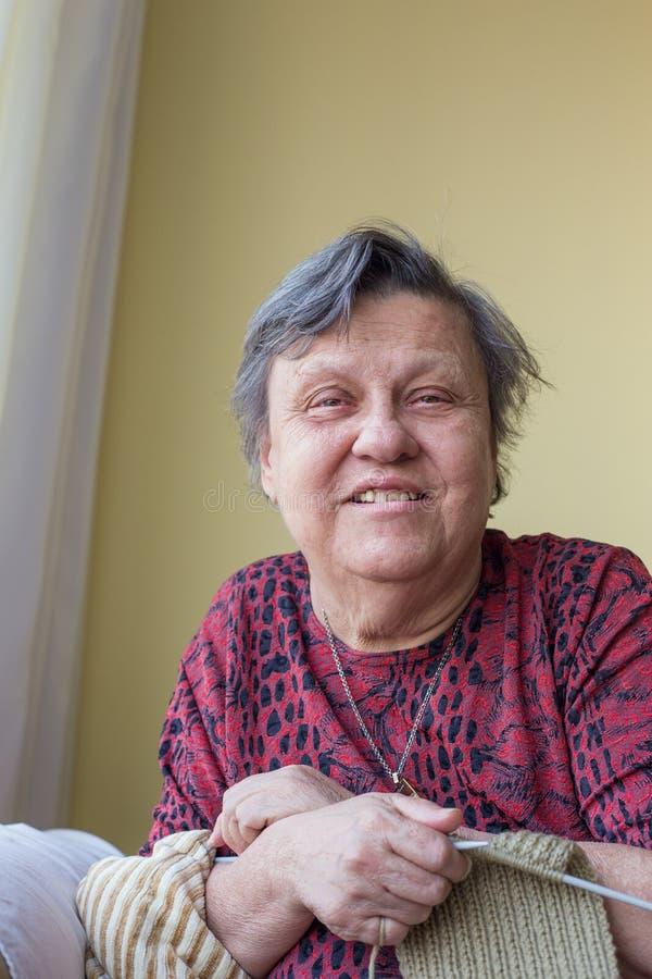 Het oude dame breien stock afbeeldingen