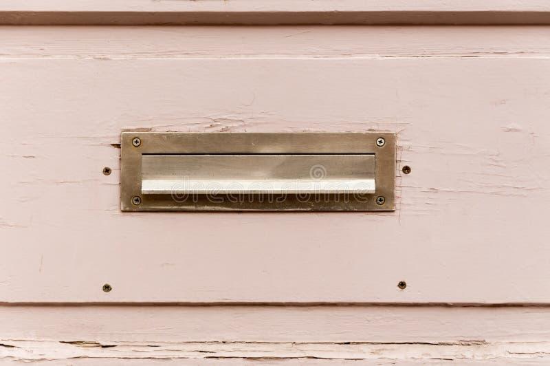 Het oude de brievenvakje of brievenbus op de houten traditionele manier van de poortdeur om brieven of post aan het huis te lever royalty-vrije stock fotografie