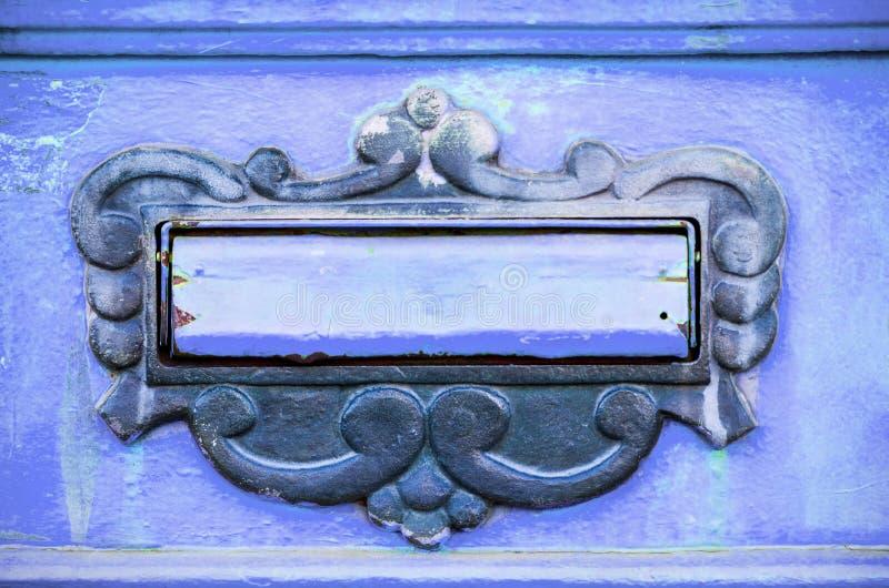 Het oude de brievenvakje of brievenbus op de traditionele manier van de poortdeur om brieven of post aan het huis te leveren rich stock fotografie