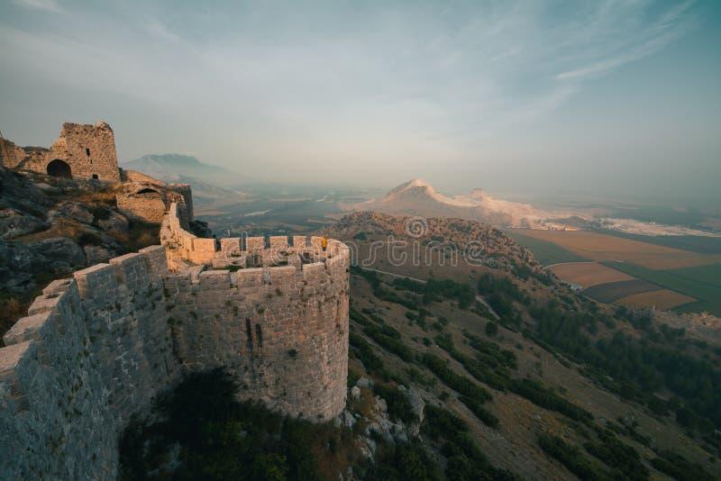 Het oude die kasteel van slang, Adana, Turkije, bovenop een berg en aanbiedingen een mooie mening van het landschap wordt gesitue stock afbeelding