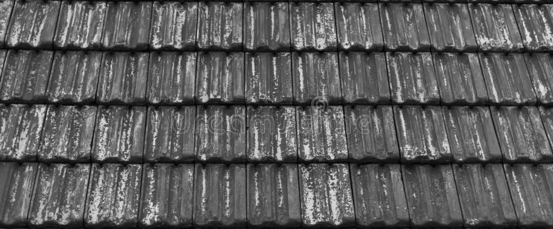 Het oude doorstane dak betegelen in grijze langzaam verdwenen kleuren, klassiek dak het betegelen architectuurpatroon royalty-vrije stock fotografie