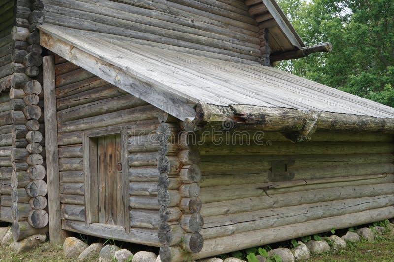 Het oude Dorp, de bijlage bij het blokhuis, schuur of loods om hulpmiddelen voor het werk op te slaan royalty-vrije stock foto's
