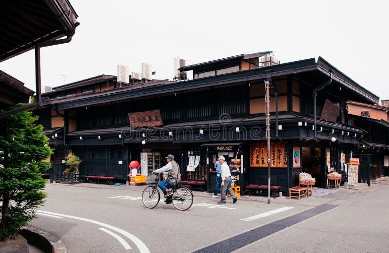 Het oude Edo district van Sanmachisuji van Takayama met lokale aardige winkel stock foto