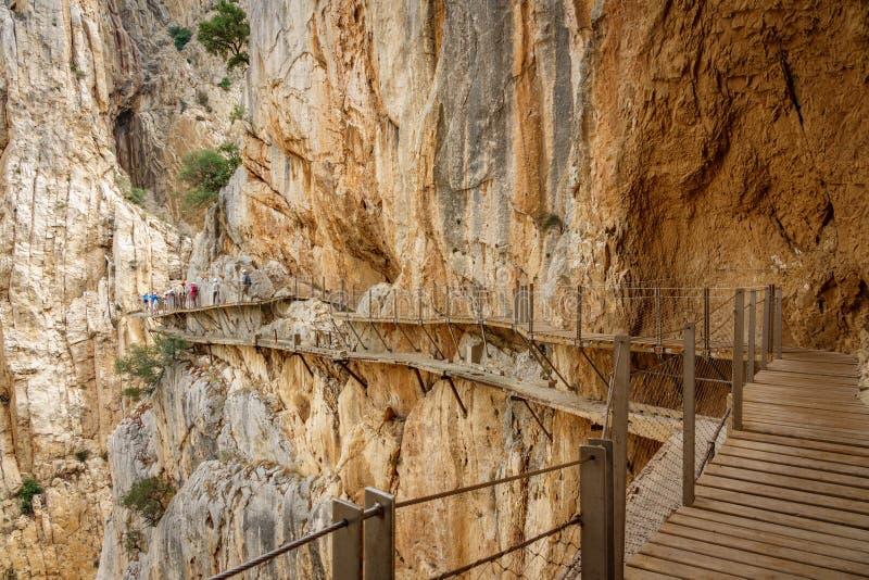 Het oude en nieuwe voetpad van Gr Caminito del Rey met toeristen royalty-vrije stock foto's