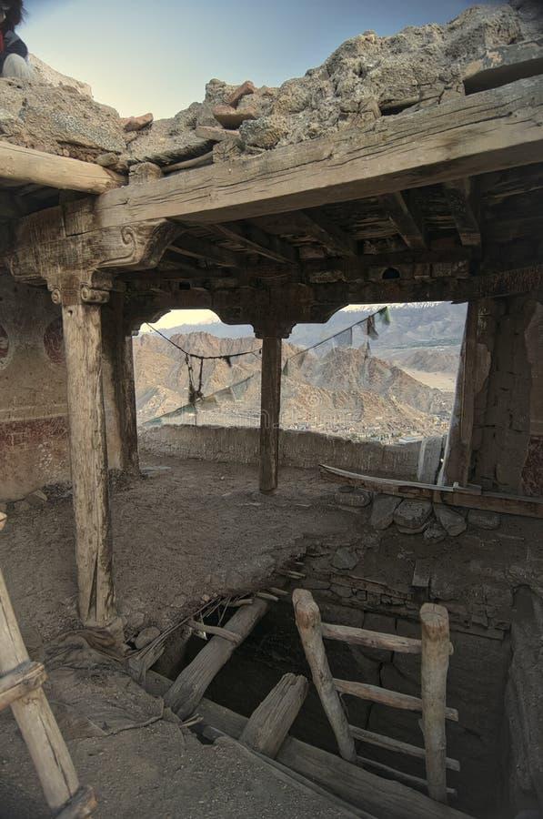 Het Oude en Verlaten Leh-Paleis van binnenuit stock foto