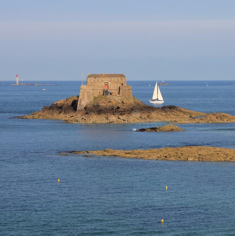Het oude fort op het kleine eiland Heilige is en varende boot royalty-vrije stock fotografie