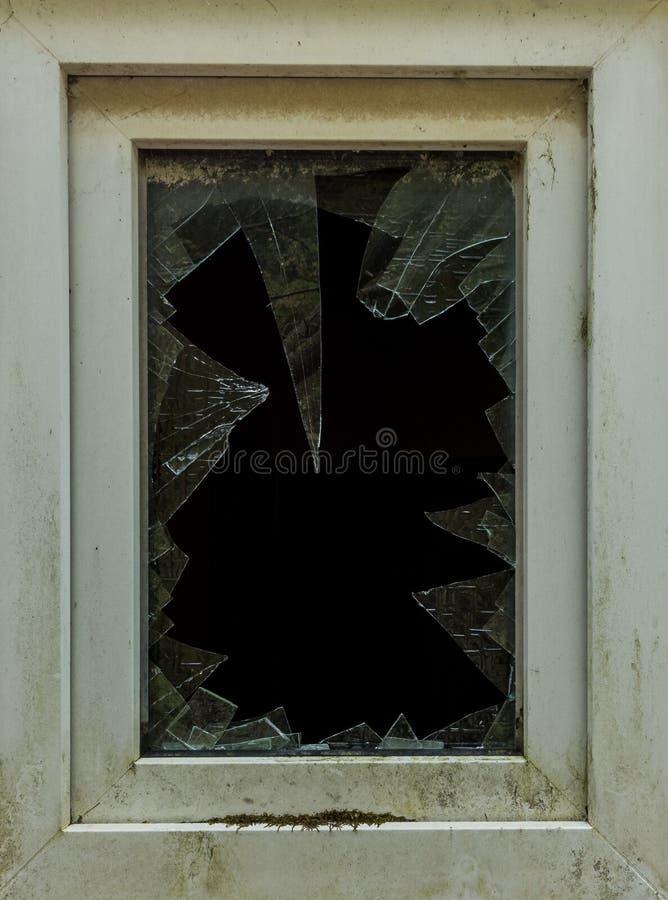 Het oude gebroken glasvenster van een gebouw royalty-vrije stock afbeelding