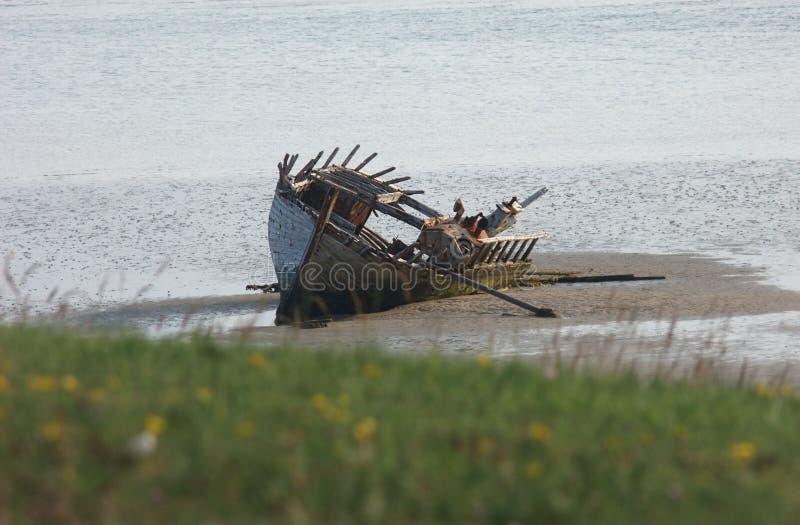 Het oude gesloopte bootschip beached Magherclogher-Strandco Donegal, Ierland royalty-vrije stock afbeeldingen