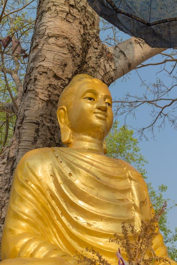 Het oude gouden standbeeld van Boedha stock foto