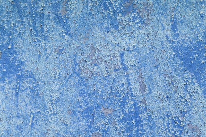 Het oude grunge vuile gebarsten uitstekende lichtblauwe beton en het cement vormen textuurmuur of vloerachtergrond met doorstane  stock foto