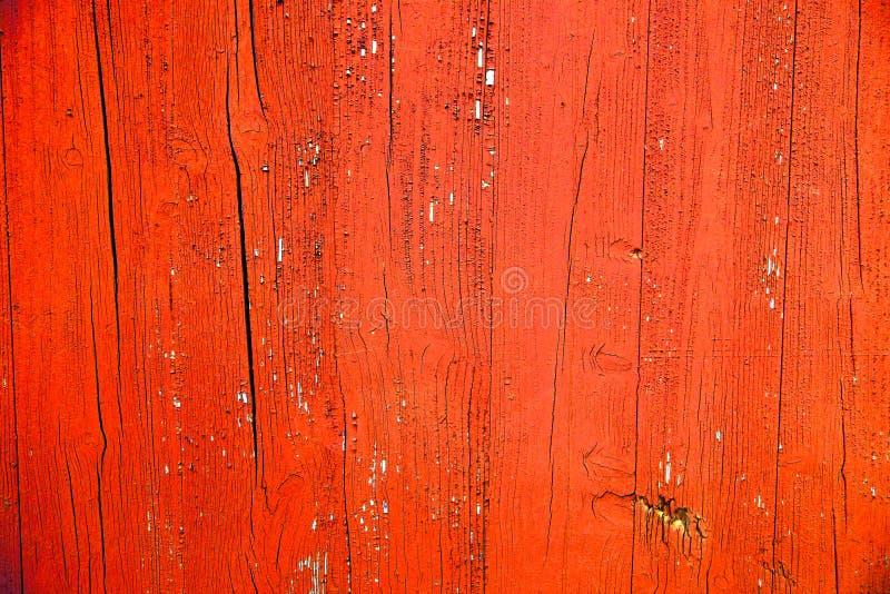 Het oude grungy en doorstane rood en de sinaasappel schilderden houten de textuurachtergrond van de muurplank royalty-vrije stock fotografie
