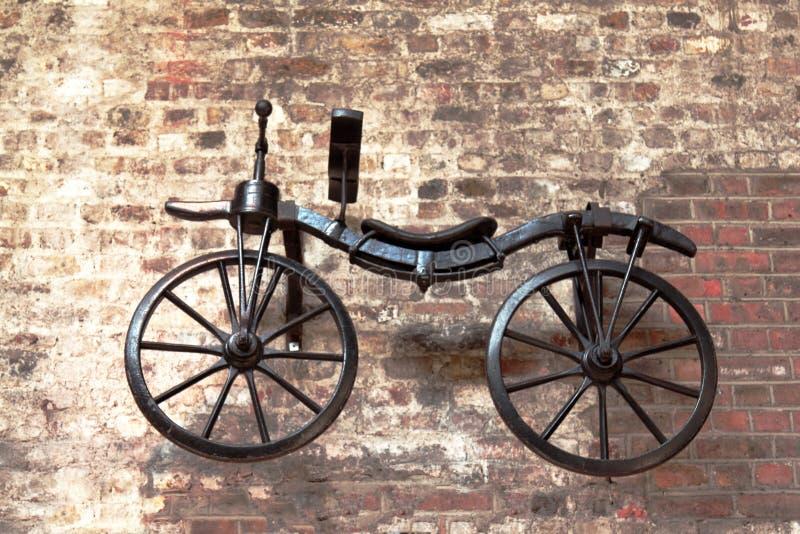 het oude historische fiets hangen op de muur royalty-vrije stock foto