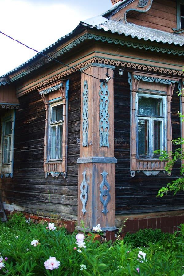 Het oude historische honderdjarige huis in het dorp royalty-vrije stock foto's