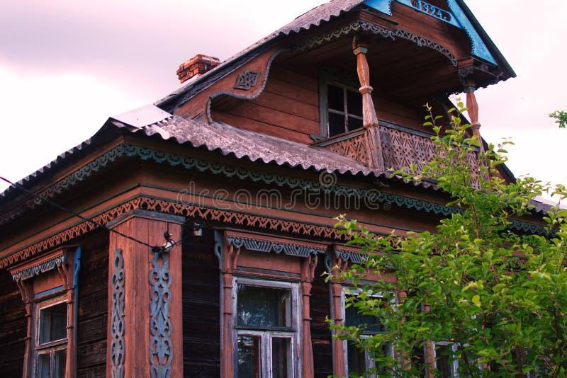 Het oude historische honderdjarige huis in het dorp stock foto