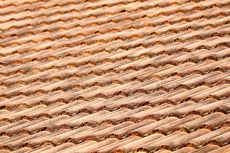het oude hoogste patroon van de daktegel van huis in landelijk stock fotografie