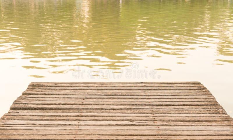 Het oude houten brugdek bij vijver stock afbeelding