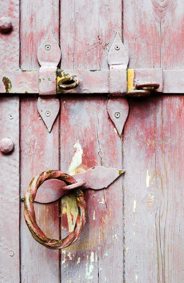 Het oude houten handvat van het deurijzer met slot stock foto's