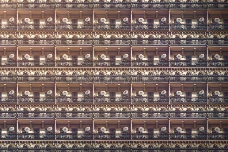 Het oude huis van Berlijn met balkons en Chinese parasols stock afbeelding