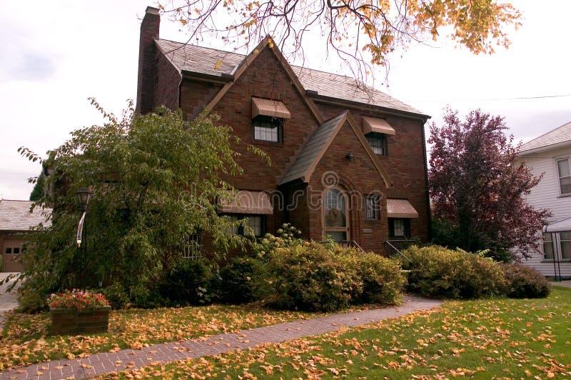 Download Het Oude Huis Van De Baksteen Stock Foto - Afbeelding bestaande uit boog, bladeren: 293634