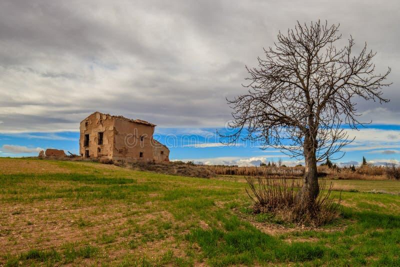 Het oude huis van de landschapsboom royalty-vrije stock afbeeldingen