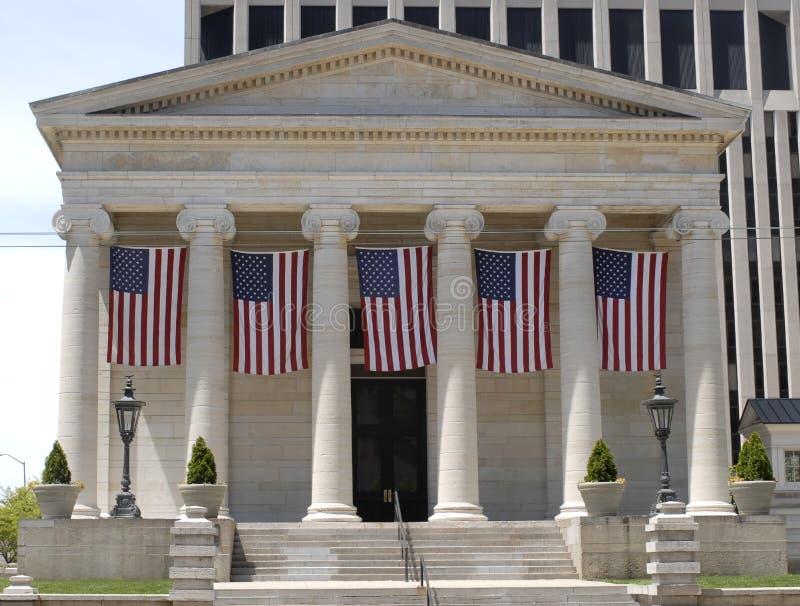 Het oude Huis van het Hof met Vlaggen royalty-vrije stock fotografie