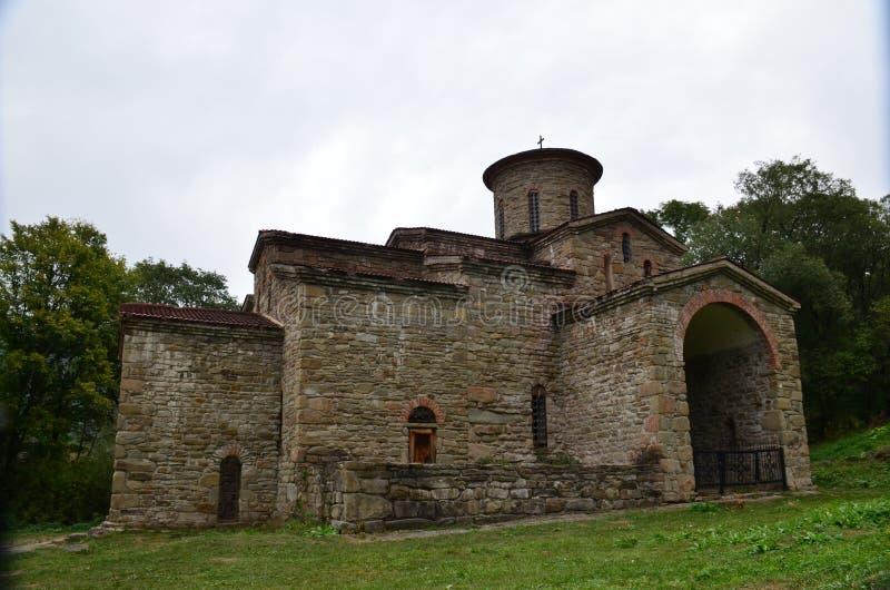 het oude kasteel in de bergen van de Kaukasus is mooi royalty-vrije stock afbeeldingen