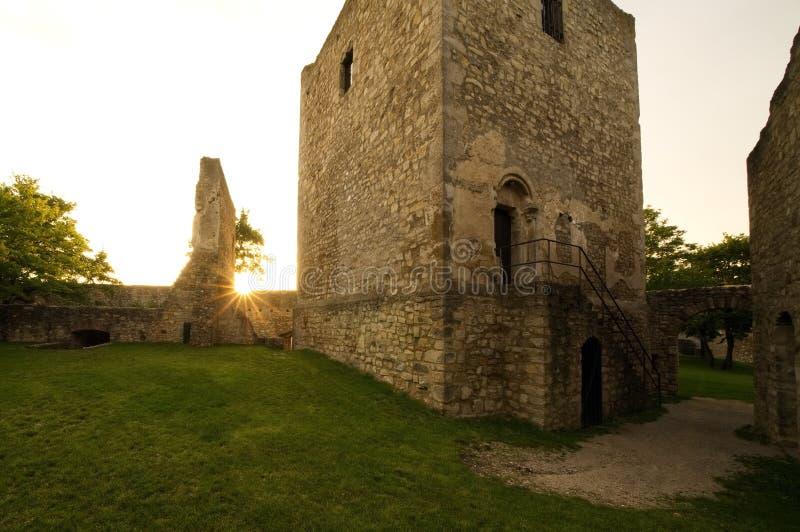 Het oude kasteel ruïneert zonlicht royalty-vrije stock afbeelding