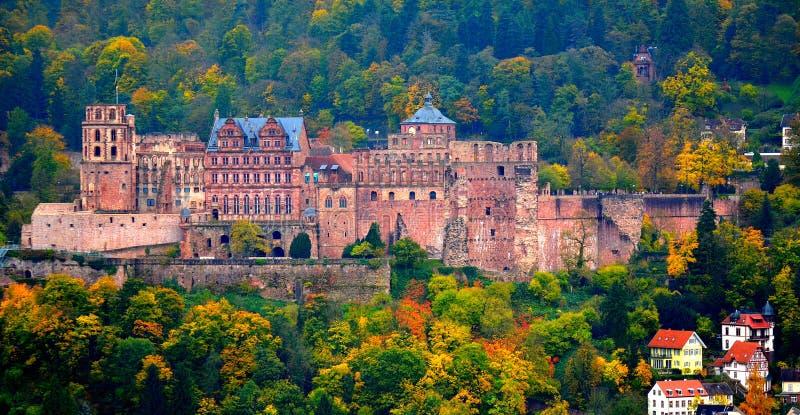 Het oude kasteel van Heidelberg in de herfst stock afbeelding