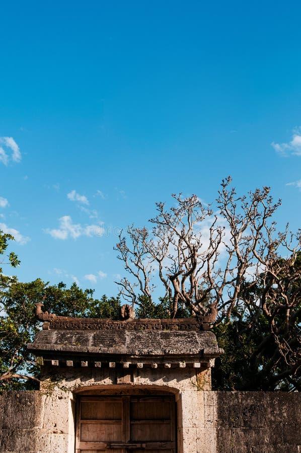 Het oude Kasteel van muurshuri onder duidelijke blauwe hemel, Naha, Okinawa, Japan royalty-vrije stock fotografie