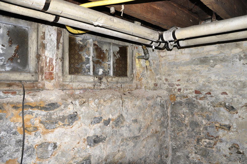 Het oude kelderverdieping door buizen leiden royalty-vrije stock foto