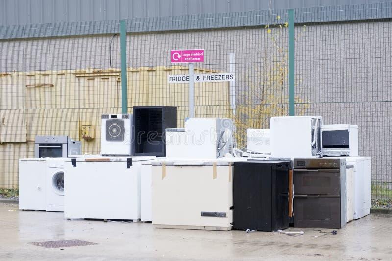 Het oude het koelmiddelengas van koelkastendiepvriezers bij skip van de afvalstortplaats kringloop gestapeld de hulpmilieu van de royalty-vrije stock fotografie