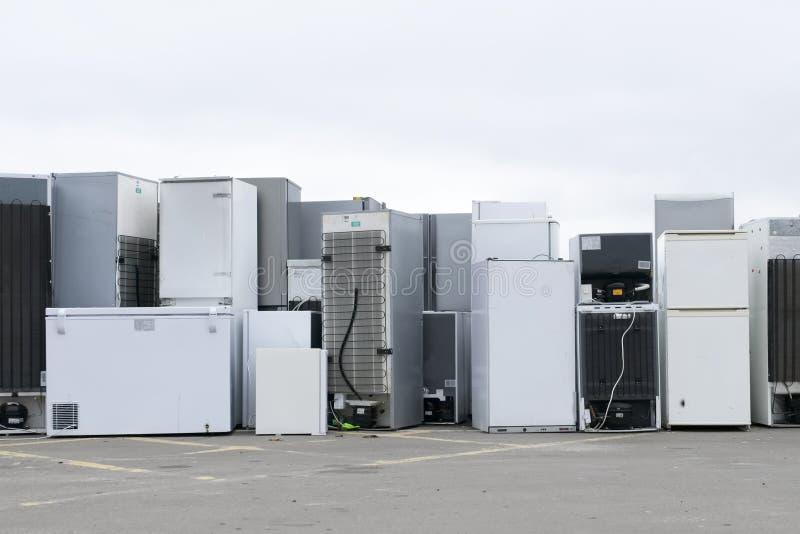 Het oude het koelmiddelengas van koelkastendiepvriezers bij skip van de afvalstortplaats kringloop gestapeld de hulpmilieu van de stock afbeelding