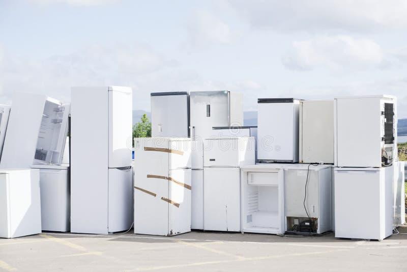 Het oude het koelmiddelengas van koelkastendiepvriezers bij skip van de afvalstortplaats kringloop gestapeld de hulpmilieu van de royalty-vrije stock foto