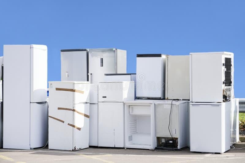 Het oude het koelmiddelengas van koelkastendiepvriezers bij skip van de afvalstortplaats het kringloop gestapelde milieu van de s stock foto