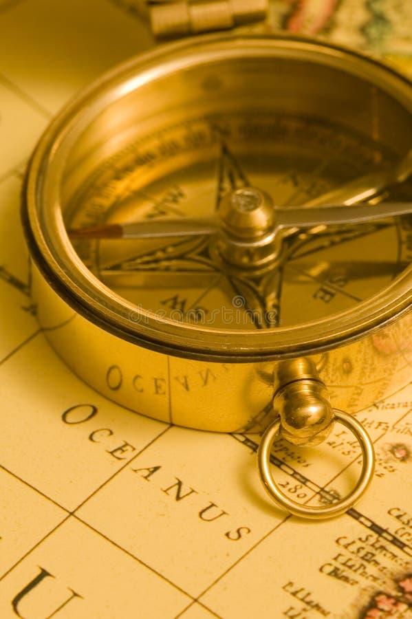 Het oude kompas van het stijlmessing op een kaart royalty-vrije stock afbeelding