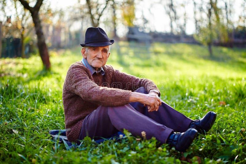 Het oude landbouwer rusten royalty-vrije stock afbeelding