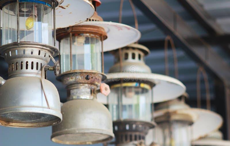 Het oude lantaarn hangen stock foto's