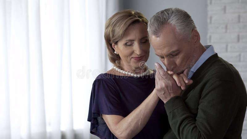 Het oude mannelijke en vrouwelijke dansen, man het kussen vrouwenhand, die club voor bejaarden dateren stock foto